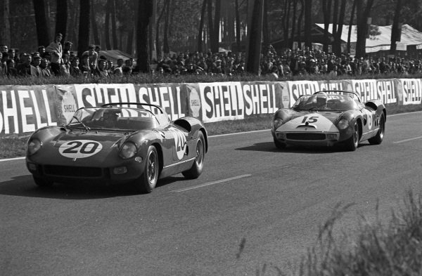 Jean Guichet / Nino Vaccarella, Scuderia Ferrari, Ferrari 275P, leads Skip Hudson / Pedro Rodriguez, North American Racing Team, Ferrari 330P.
