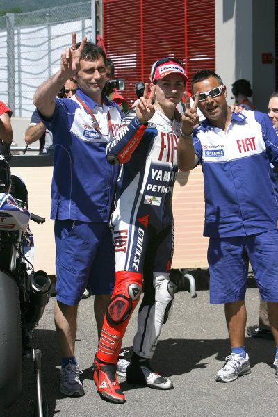 Gran Premio D'Itali Alice.Mugello, Italy. 30th May 2009.Jorge Lorenzo Fiat Yamaha Team celebrates pole position with his crew.World Copyright: Martin Heath/LAT Photographicref: Digital Image BPI_Moto 8jdd