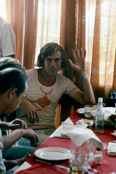 Buenos Aires, Argentina.7-9 January 1977.James Hunt (McLaren M23 Ford), retired, having dinner with some guests, portrait.World Copyright - LAT Photographic