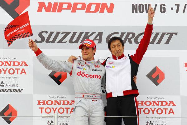 Rd 7 Suzuka, Japan. 6th - 7th November 2010.Race1, Winner Loic Duval ( #1 DOCOMO TEAM DANDELION RACING ) with team director Kiyoshi Muraoka, podium.World Copyright: Yasushi Ishihara/LAT Photographic.Ref: 2010FN_R7_007.
