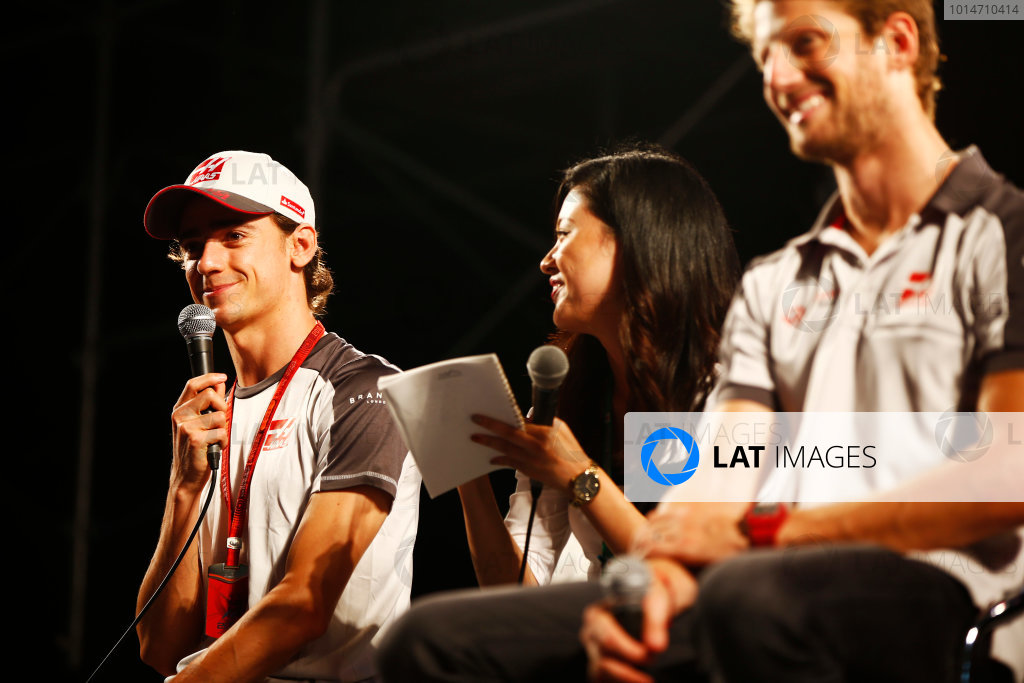 Suzuka Circuit, Japan. Saturday 08 October 2016. Esteban Gutierrez, Haas F1, and Romain Grosjean, Haas F1, at a fan event. World Copyright: Andy Hone/LAT Photographic ref: Digital Image _ONY5335