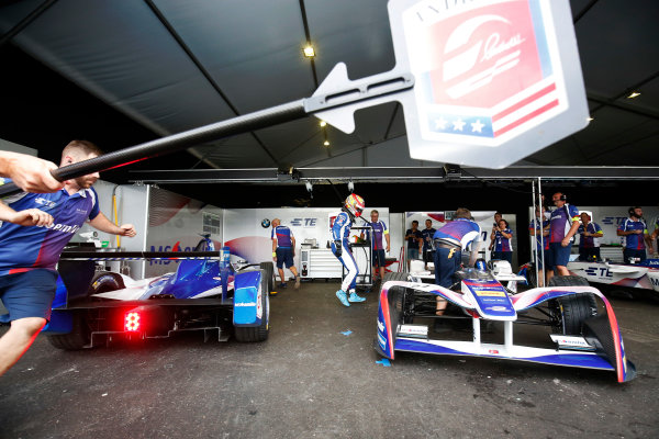 2016/2017 FIA Formula E Championship. Hong Kong ePrix, Hong Kong, China. Sunday 09 October 2016. Robin Frijns (27, Andretti Formula E) switches cars in the pits. Photo: Adam Warner/LAT/Formula E ref: Digital Image _L5R8252