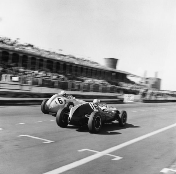 Aintree, Great Britain. 18th July 1959.Stirling Moss (BRM P25), 2nd position passes Bruce McLaren (Cooper-Climax T45), 3rd position, action. World Copyright: LAT Photographic.Ref: 4499.