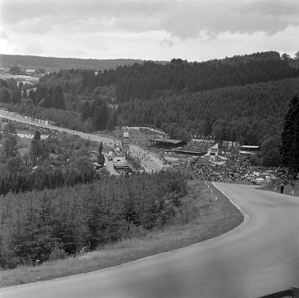 The start of the race from the top of the Kemmel kink.
