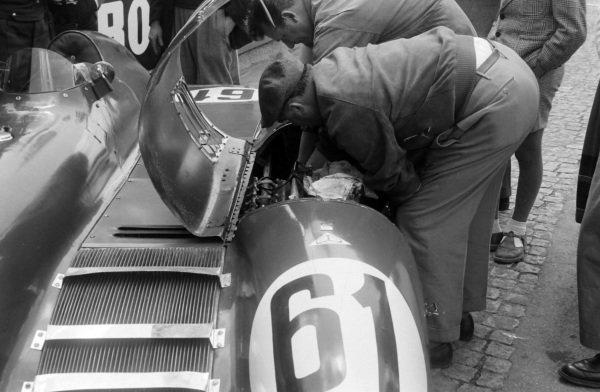 Mechanics work on Dr Mario Damonte / Roger Crovetto, Nardi Automobili, Nardi 750 LM - Crosley, in the pits.