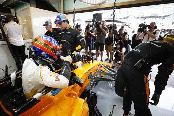 Fernando Alonso, McLaren MCL33, climbs into his car in the garage