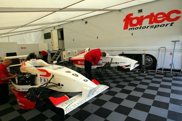 The teams prepare in the awnings.