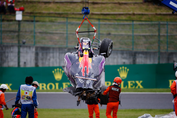 Suzuka Circuit, Suzuka, Japan. Saturday 26 September 2015. Marshals remove the wreckage in the aftermath of a crash for Daniil Kvyat, Red Bull Racing RB11 Renault. World Copyright: Glenn Dunbar/LAT Photographic. ref: Digital Image _W2Q1237