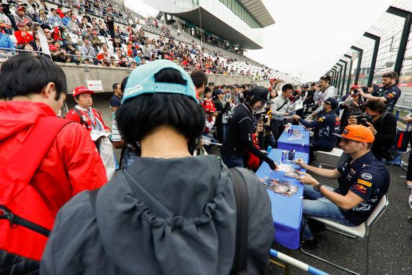 Suzuka Circuit, Japan. Thursday 05 October 2017. Max Verstappen, Red Bull Racing, signs an autograph. World Copyright: Glenn Dunbar/LAT Images  ref: Digital Image _X4I4667