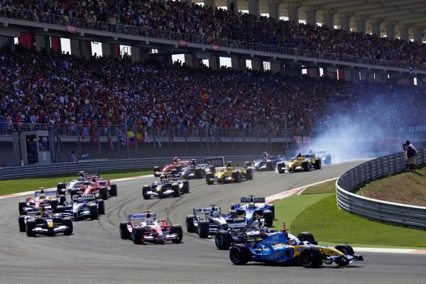 Fernando Alonso, Renault R25 leads Juan Pablo Montoya, McLaren MP4-20 Mercedes and Jarno Trulli, Toyota TF105 as Narain Karthikeyan, Jordan EJ15 Toyota locks up at the back of the field.