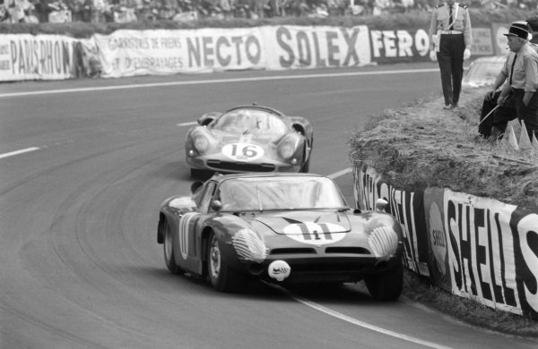 Sam Posey / Massimo Natili, Prototip Bizzarini SAL, Bizzarini Super America Stradele A3C (P538) Coupe - Chevrolet, leads Richard Attwood / David Piper, Maranello Concessionaires, Ferrari 365 P2 Spyder.
