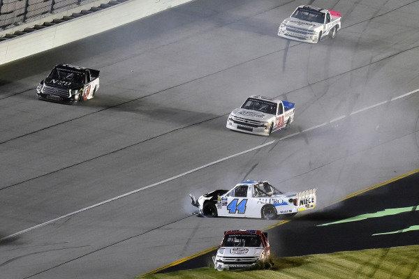#44: Spencer Davis, Niece Motorsports, Chevrolet Silverado Niece and #22: Austin Wayne Self, AM Racing, Chevrolet Silverado GO TEXAN wreck