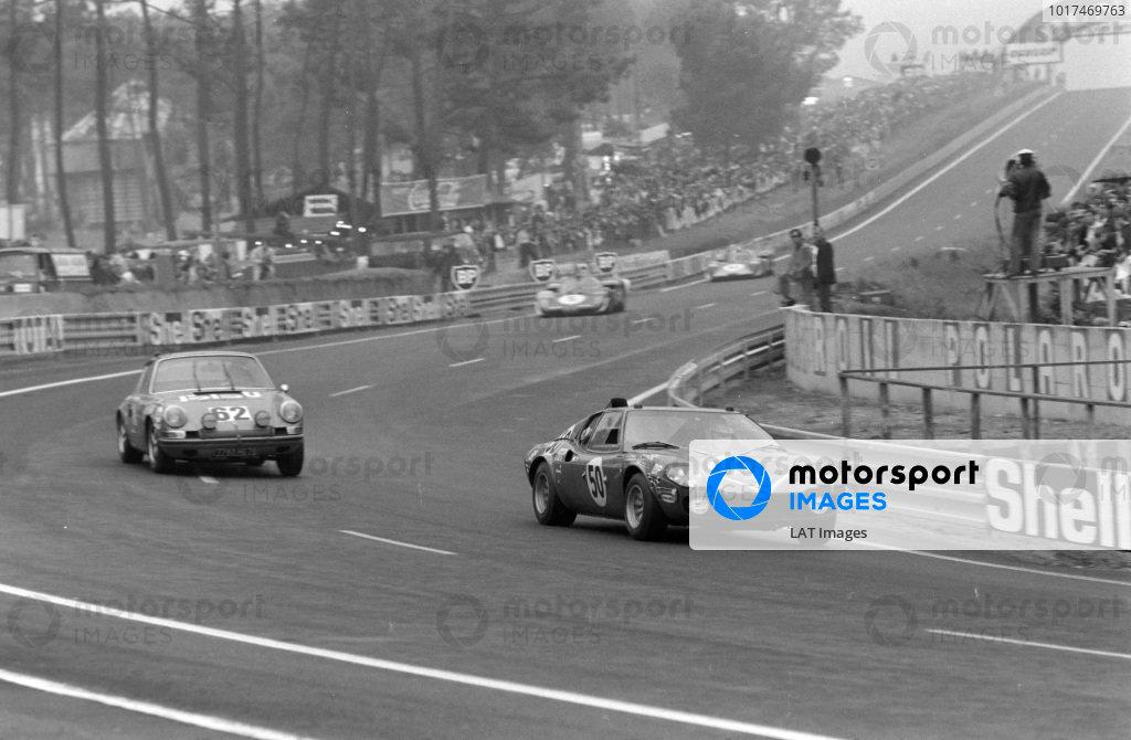 Guy Ligier / Jean-Claude Andruet, Ecurie Intersports SA / Automobiles Ligier, Ligier JS 1 - Ford Cosworth FVC, leads Renè Mazzia / Pierre Mauroy, Renè Mazzia, Porsche 911 S.