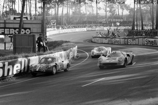 Jean-Luc Thèrier / Bernard Tramont, Sociètè des Automobiles Alpine, Alpine A210 - Renault R8 Gordini, leads Ulf Norinder / Sten Axelsson, Sportscars Unlimited, Lola T70 Mk3 - Chevrolet, and Joe Buzzetta / Scooter Patrick, Porsche System Engineering, Porsche 908.