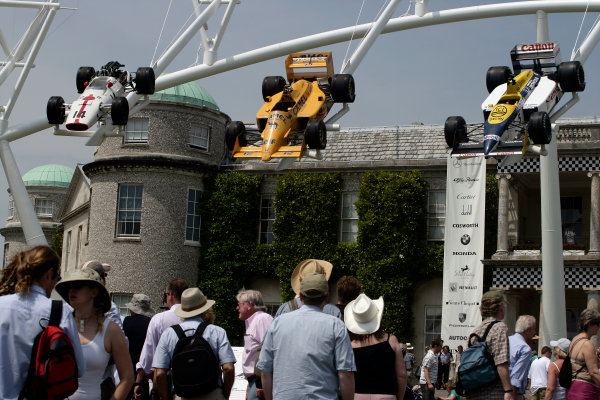 2005 Goodwood Festival of SpeedGoodwood Estate, West Sussex. 24th - 26th June The crowd admire the display of Honda F1 cars at the House. Atmosphere World Copyright: Gary Hawkins/LAT Photographicref: Digital Image Only