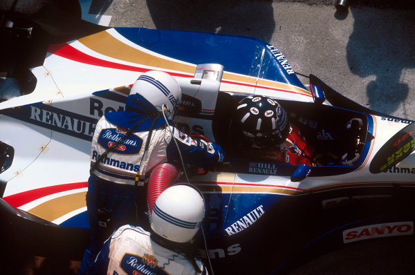 Hungaroring, Hungary.11-13 August 1995.Damon Hill (Williams FW17 Renault) takes on some fuel at a pitstop on the way to 1st position.Ref-95 HUN 06.World Copyright - LAT Photographic