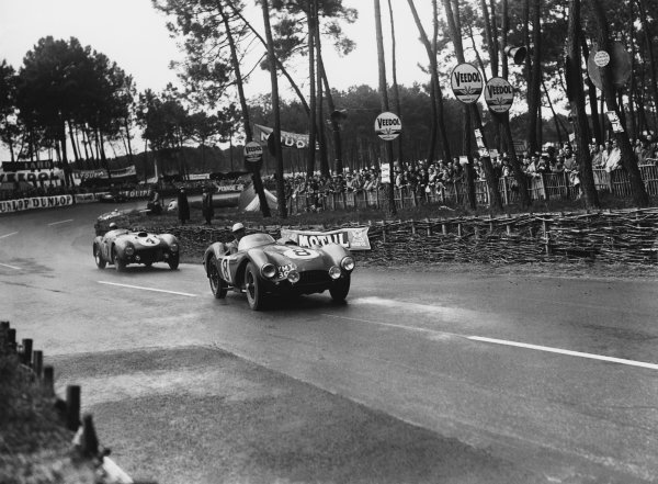 Le Mans, France. 12th - 13th June 1954 Reg Parnell/Roy Salvadori (Aston Martin DB3S), retired, leads Froilan Gonzalez/Maurice Trintignant (Ferrari 375 Plus), 1st position, action. World Copyright: LAT Photographic Ref: Autocar Glass Plate C39188.