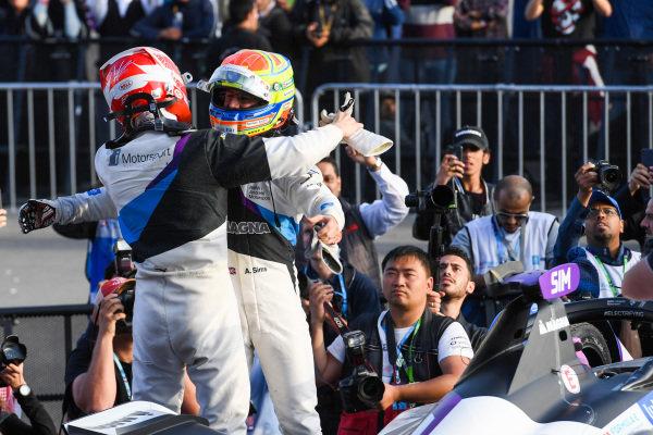 Alexander Sims (GBR) BMW I Andretti Motorsports, 1st position congratulates Maximilian Günther (DEU), BMW I Andretti Motorsports, BMW iFE.20, 2nd position