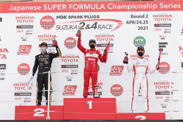 Winner Tomoki Nojiri, Team Mugen, Dallara SF19 Honda, raises his trophy on the podium. Alongside are Ryo Hirakawa, carenex Team Impul, Dallara SF19 Toyota, 2nd position and Ukyo Sasahara, Docomo Team Dandelion Racing, Dallara SF19 Honda, 3rd position