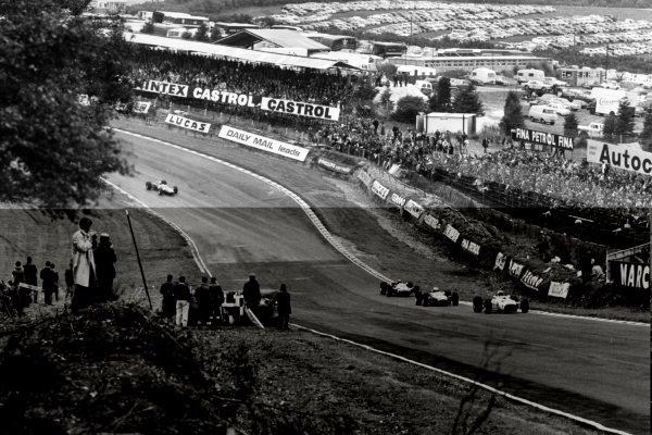 1966 British Grand Prix.Brands Hatch, Great Britain. 16 July 1966.Bruce McLaren, McLaren M2B-Serenissima, 6th position, leads up to Druids, action.World Copyright: LAT Photographic