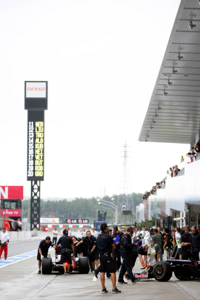 Suzuka Circuit, Suzuka, Japan.2nd October 2009.The Toro Rosso team in the pit lane. Portrait. World Copyright: Glenn Dunbar/LAT Photographic ref: Digital Image _MG_6478