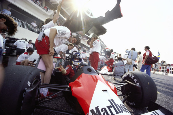 Keke Rosberg, McLaren MP4-2C TAG, in the pits with Steve Nichols.