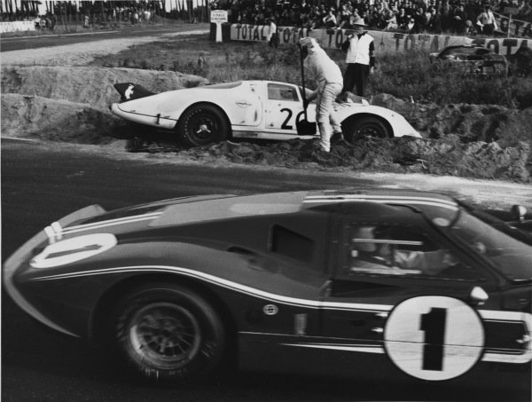 Le Mans, France. 10th - 11th June 1967.Dan Gurney/A. J. Foyt (Ford GT40 Mk IV), 1st position, passes Chuck Parsons (Ferrari 365 P2), retired, as he tries to dig himself out of the sand at the Mulsanne corner, action. World Copyright: LAT Photographic.Ref: 550 - 1-26.