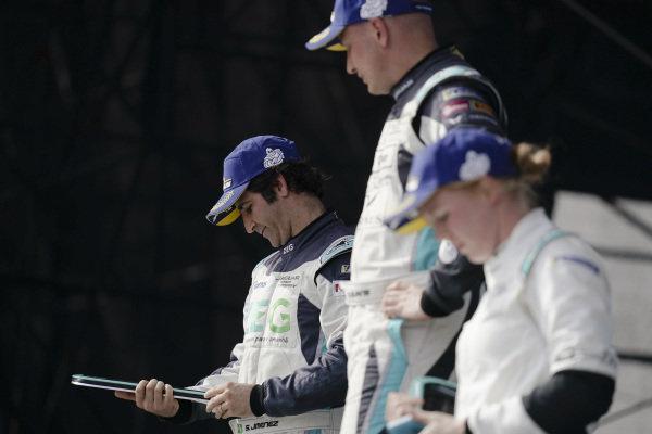 Sérgio Jimenez (BRA), ZEG iCarros Jaguar Brazil, 2nd position, admires his trophy on the podium