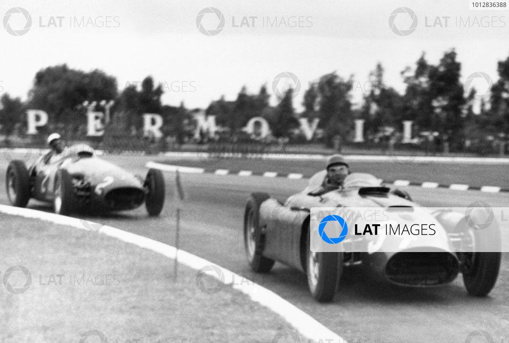 1956 Argentinian Grand Prix.Buenos Aires, Argentina. 22 January 1956.Luigi Musso/Juan Manuel Fangio (Lancia-Ferrari D50), 1st position, leads Stirling Moss (Maserati 250F).World Copyright - LAT Photographic