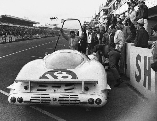 Le Mans, France. 18th - 19th June 1966. Masten Gregory/Bob Bondurant (Ferrari 365 P2), retired, pit stop action. World Copyright: LAT Photographic Ref:  B/WPRINT.