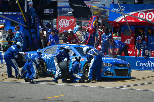 Monster Energy NASCAR Cup Series Toyota Owners 400 Richmond International Raceway, Richmond, VA USA Sunday 30 April 2017 Kyle Larson, Chip Ganassi Racing, Credit One Bank Chevrolet SS, makes a pit stop World Copyright: John Harrelson / LAT Images