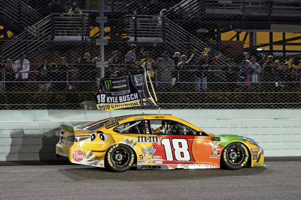 #18: Kyle Busch, Joe Gibbs Racing, Toyota Camry M&M's