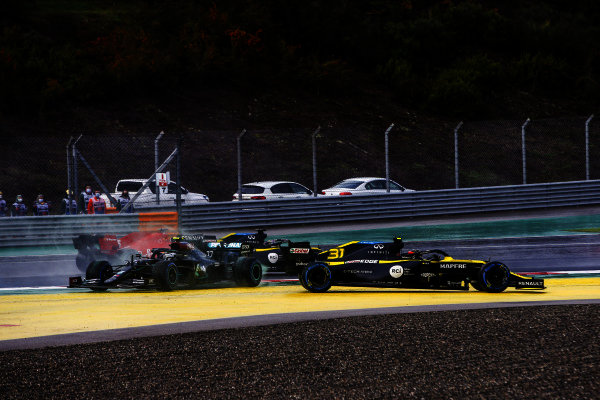 Esteban Ocon, Renault R.S.20 and Valtteri Bottas, Mercedes F1 W11 EQ Performance crash at the start of the race