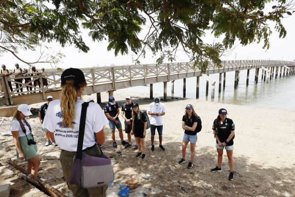 Kevin Hansen (SWE), JBXE Extreme-E Team, Mikaela Ahlin-Kottulinsky (SWE), JBXE Extreme-E Team, Catie Munnings (GBR), Andretti United Extreme E, and Molly Taylor (AUS), Rosberg X Racing, and the other drivers and media at the Oceanium Mangrove Legacy Project Visit