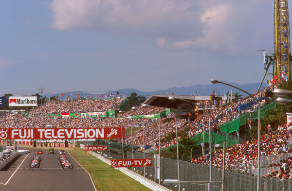 Suzuka, Japan.11-13 October 1996.Packed grandstands watch the grid as they prepare to start.Ref-96 JAP 02.World Copyright - LAT Photographic