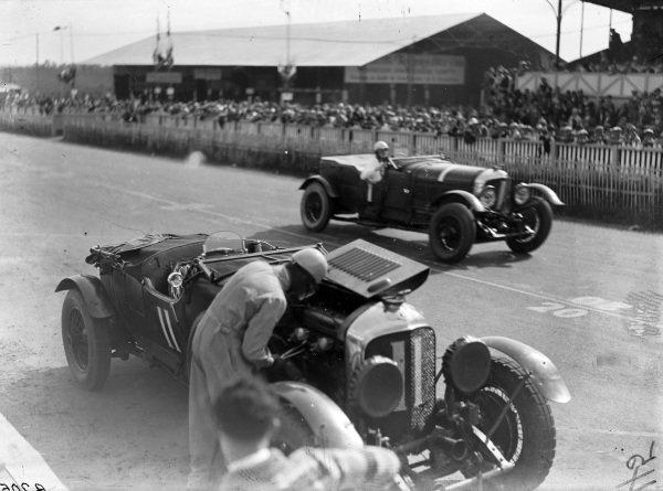 The car of Bernard Rubin / Earl Howe, Bentley Motors Ltd., Bentley 4½ Litre, is worked on as Woolf Barnato / Henry Birkin, Bentley Motors Ltd., Bentley Speed Six, passes.