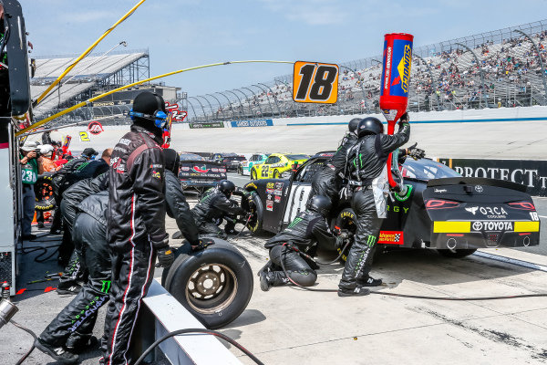 #18: Riley Herbst, Joe Gibbs Racing, Toyota Supra Monster Energy pit stop