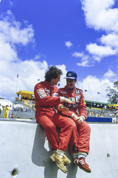 Alain Prost and Nigel Mansell in discussion on the pitwall.