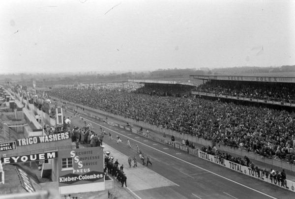 Drivers running to their cars at the start of the race.