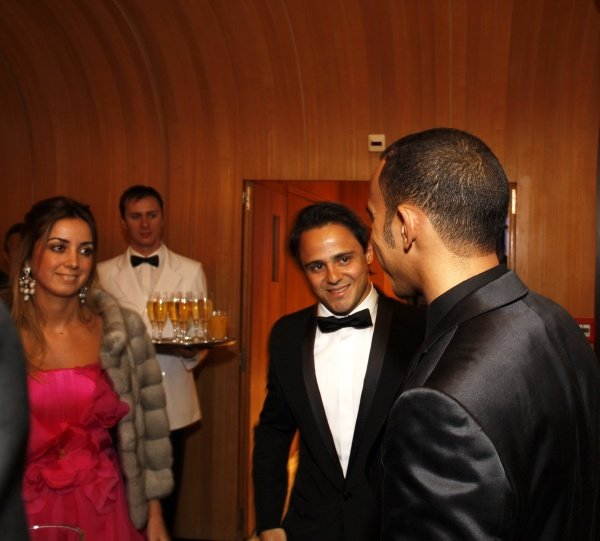 Felipe Massa (BRA) talks with Lewis Hamilton (GBR).