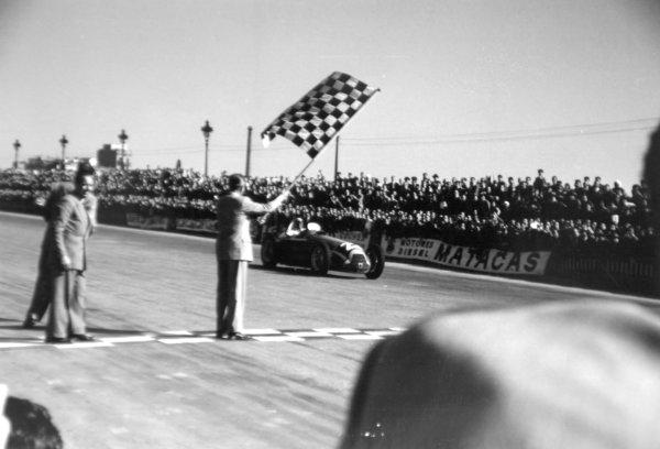 1951 Spanish Grand Prix. Pedralbes, Barcelona, Spain. 28 October 1951. Juan Manuel Fangio (Alfa Romeo 159), 1st position. Ref: 51/62/22a23.  World Championship - LAT Photographic