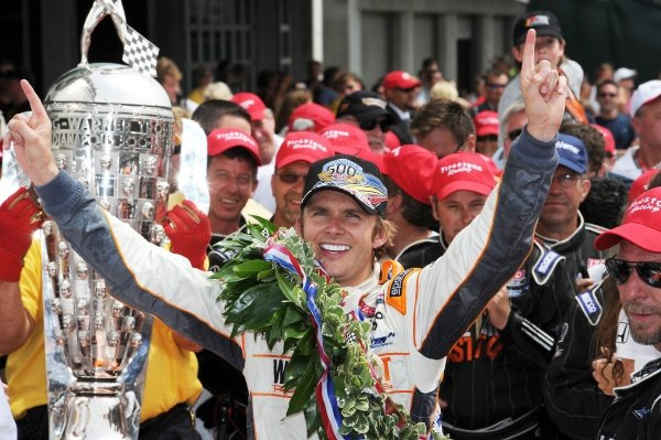 Dan Wheldon (GBR) Bryan Herta Autosport celebrates his Indy 500 win with the Borg Warner Trophy. IndyCar Series, Rd5, Indianapolis 500, Indianapolis Motor Speedway, Indianapolis, USA, 29 May 2011.