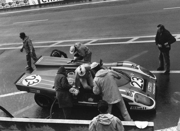 1970 Le Mans 24 hours. Le Mans, France. 13th - 14th June 1970. Hans Herrmann / Richard Attwood (Porsche 917K), 1st position, pit stop and driver change, action. World Copyright: LAT Photographic. Ref:  L70 - 564 - 30A.