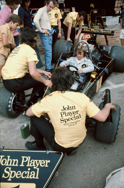 Kyalami, South Africa. 30 March 1974. Ronnie Peterson (Lotus 76-Ford), retired, pit lane, portrait.  World Copyright: LAT Photographic. Ref:  74SA22