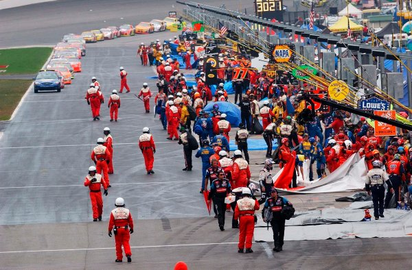 2002 NASCAR Atlanta Motor Speedway, October 25, 2002 NAPA 500/Aaron 's 312Teams hurry to keep the pits dry as the red flag comes out,-Robt LeSieur2002LAT Photographic