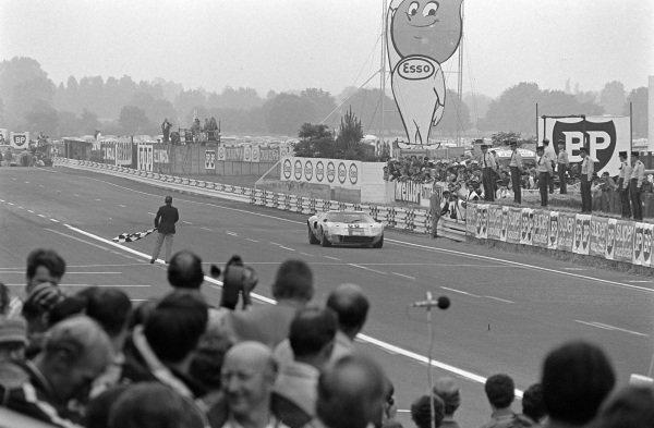 6Peter Sadler / Paul Vestey, Peter Sadler, Ford GT40, take the chequered flag Atmosphere the finish.