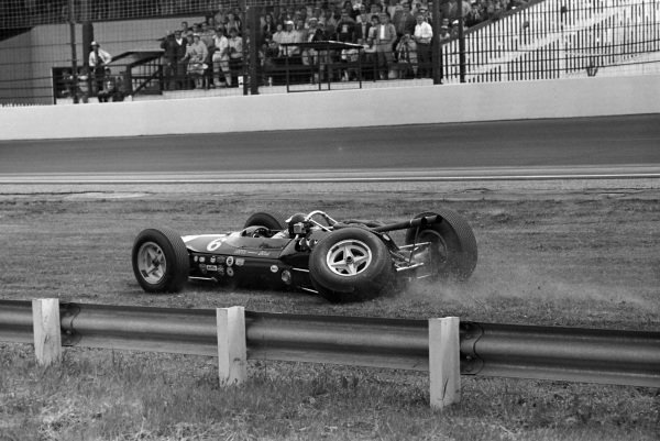 Jim Clark, Lotus 34 Ford, attempts to drive back to the pits despite having suffered a suspension failure.