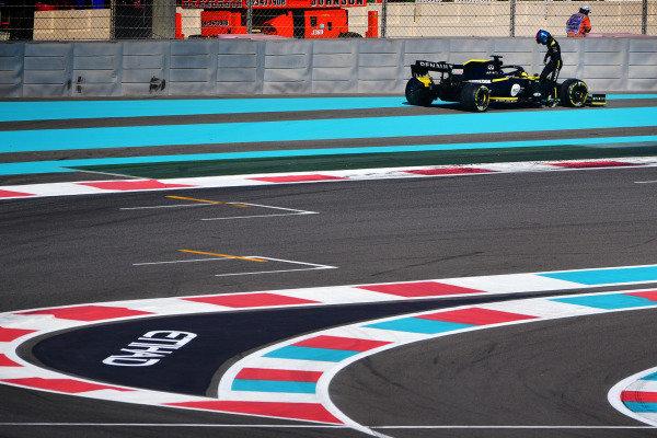 Daniel Ricciardo, Renault R.S.19, stops on track