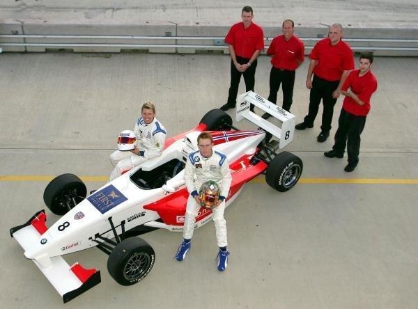 2004 Fortec Motorsport team shot.Formula BMW UK Championship, Rockingham, England, 4-5 September 2004.DIGITAL IMAGE.