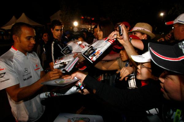 Albert Park, Melbourne, Australia29th March 2009.Lewis Hamilton, McLaren MP4-24 Mercedes, signs some autographs for fans. Atmosphere. World Copyright: Charles Coates/LAT Photographicref: Digital Image _26Y0993